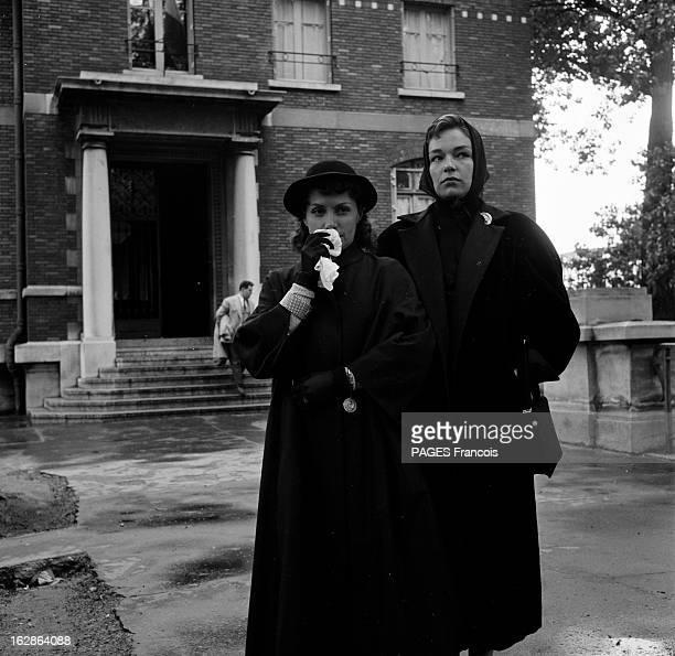 Shooting Of The Film 'Les Diaboliques' En 1954 Simone SIGNORET et VERA CLOUZOT en veuves préparent une scène du film film 'les diaboliques' du...