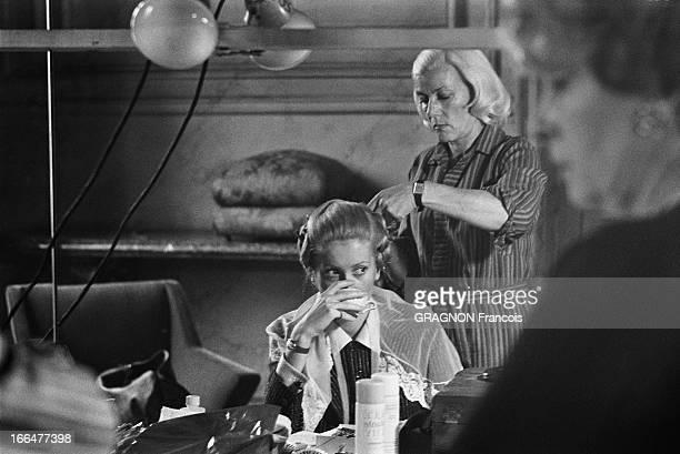 Shooting Of The Film 'Manon 70' By Jean Aurel Catherine DENEUVE se faisant coiffer tout en buvant quelque chose une tasse à la main avant le tournage...