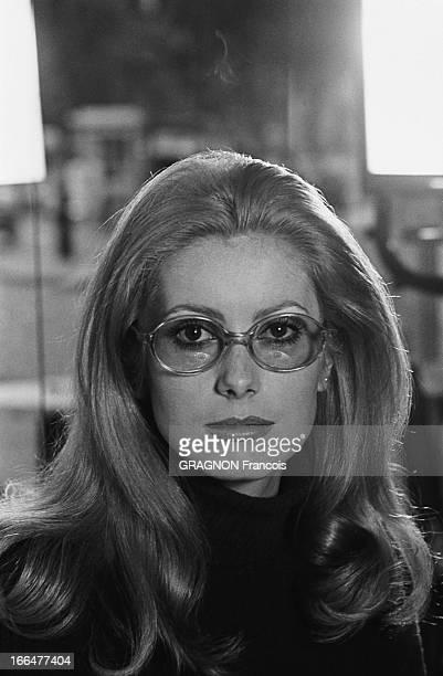 Shooting Of The Film 'Manon 70' By Jean Aurel Plan de face de Catherine DENEUVE portant de grandes lunettes bleutées pour cacher ses traits fatigués...