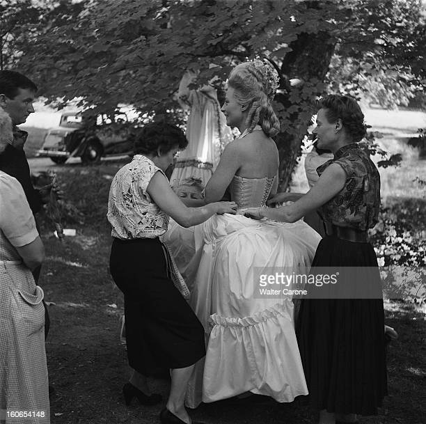 Shooting Of The Film 'marieantoinette Reine De France' By Jean Delannoy Tournage du film 'MarieAntoinette' de Jean DELANNOY attitude souriante de...