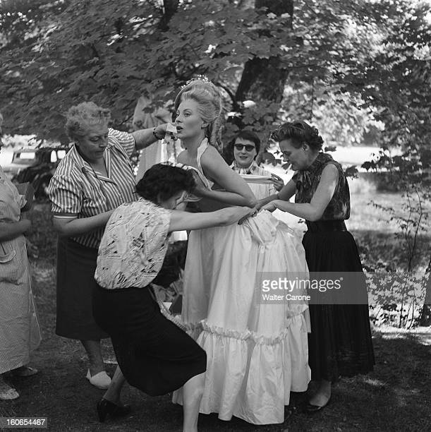 Shooting Of The Film 'marieantoinette Reine De France' By Jean Delannoy Tournage du film 'MarieAntoinette' de Jean DELANNOY habilleuses s'occupant...