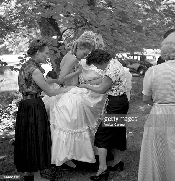 Shooting Of The Film 'marieantoinette Reine De France' By Jean Delannoy Tournage du film 'MarieAntoinette' de Jean DELANNOY attitude souriante de...