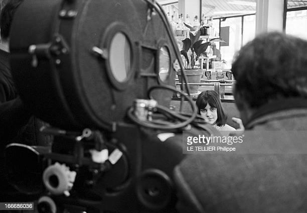 Shooting Of The Film 'Masculin Feminin' By JeanLuc Godard Le 23 novembre 1965 l'actrice Chantal GOYA dans un café à VINCENNES devant la caméra lors...