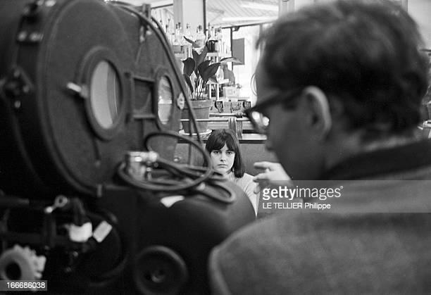 Shooting Of The Film 'Masculin Feminin' By JeanLuc Godard Le 23 novembre 1965 le réalisateur JeanLuc GODARD dirigeant l'actrice Chantal GOYA lors du...