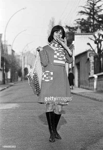 Shooting Of The Film 'Masculin Feminin' By JeanLuc Godard Le 23 novembre 1965 l'actrice Chantal GOYA posant dans le rue à VINCENNES avec un filet à...