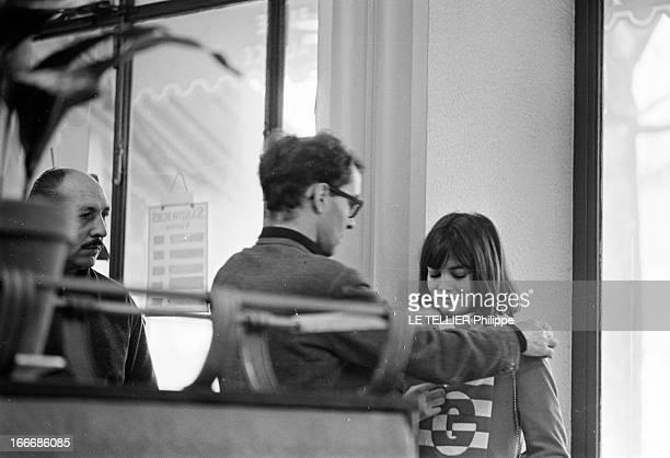 Shooting Of The Film 'Masculin Feminin' By JeanLuc Godard Le 23 novembre 1965 le réalisateur JeanLuc GODARD donnant des indications à l'actrice...