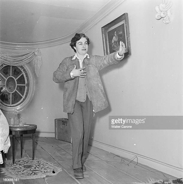 Shooting Of The Film 'olivia' By Jacqueline Audry Tournage du film 'OLIVIA' réalisé par Jacqueline AUDRY novembre 1950 la réalisatrice donne des...