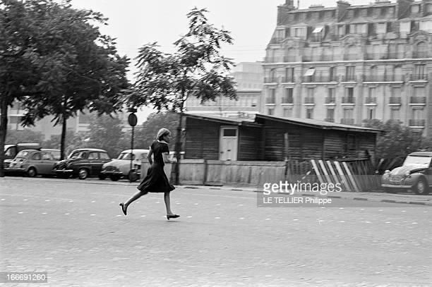 Shooting Of The Film 'Paris BruleTIl ' By Rene Clement En 1965 à Paris une actrice courant dans la rue dans le cadre du tournage d'une scène du film...