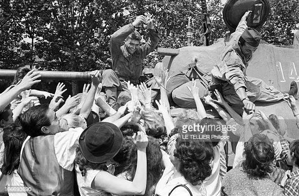 Shooting Of The Film 'Paris BruleTIl ' By Rene Clement En 1965 à Paris une scène du film 'Paris bruletil ' du réalisateur Rene CLEMENT montrant la...