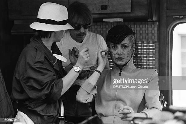 Shooting Of The Film 'predators' By Tony Scott Attitude de Catherine DENEUVE assise dans sa caravane arrangeant la voilette de son chapeau une...