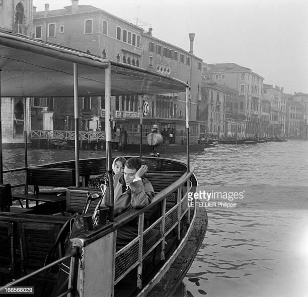 Shooting Of The Film 'Sait On Jamais' By Roger Vadim En Italie à Venise sur le canal les acteurs Françoise ARNOUL et Christian MARQUAND assis dans un...