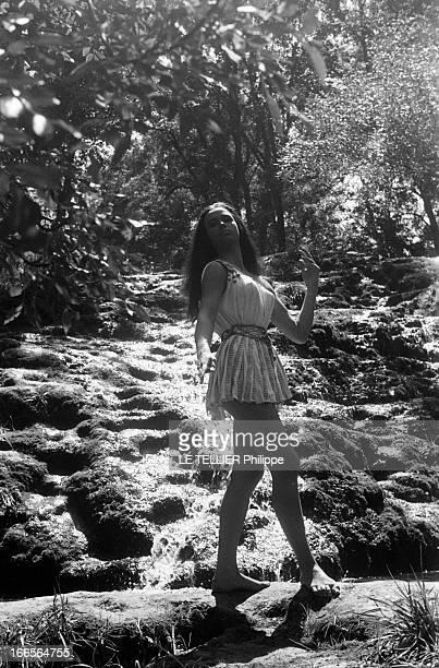 Shooting Of The Film 'Salambo' By Sergio Grieco Dans un cadre de végétation luxuriante portrait de l'actrice Jeanne VALERIE en costume du rôle de...