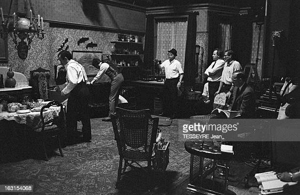 Shooting Of The Film The Privacy Of Sherlock Holmes By Billy Wilder Robert Stephen Geneviève Page et Christopher Lee avec Billy Wilder à Londres