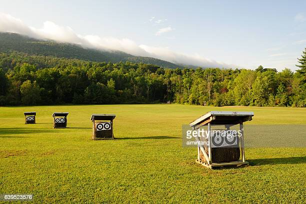 shooting range at ridge and valley appalachians - sportschießen stock-fotos und bilder