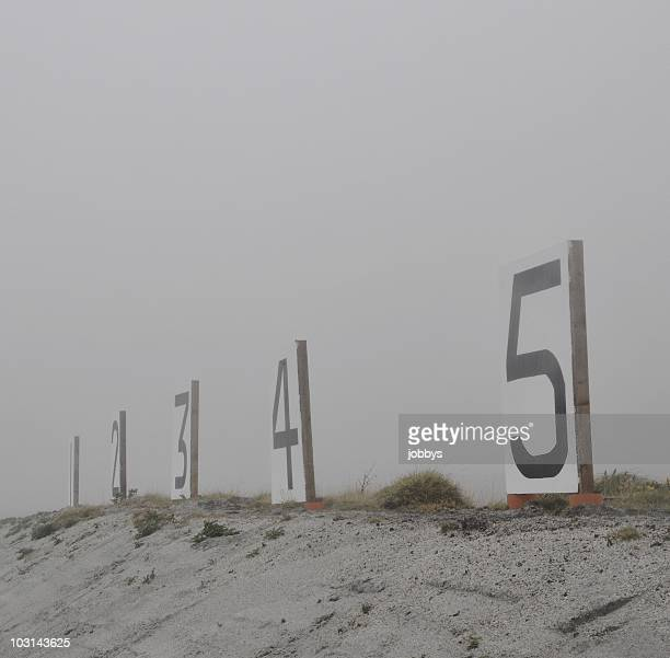 shooting range targets numbered 1 to 5 in fog - sportschießen stock-fotos und bilder