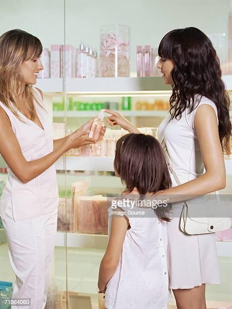 assistant shopping avec la mère et fille