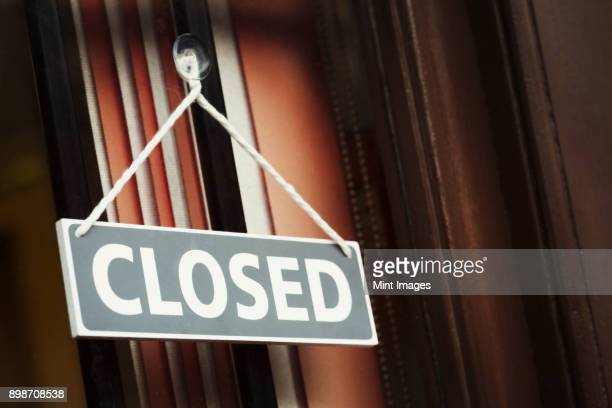 a shop doorway with a closed sign. - cartello chiuso foto e immagini stock
