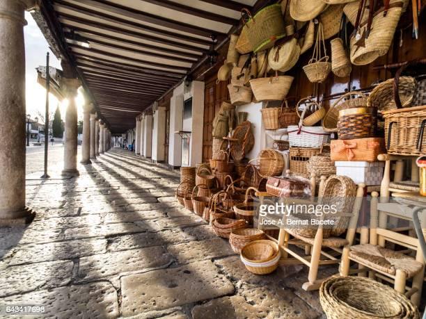 shop in the street of products of crafts in wicker in the ancient square of  almagro, ciudad real, spain. - castilla la mancha fotografías e imágenes de stock