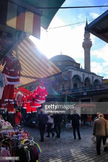 shop selling santa claus costumes for children in front of basdurak mosque,izmir. - emreturanphoto - fotografias e filmes do acervo