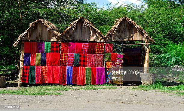 Boutique avec des Masaï couvertures multicolore le long de la route, Tanzanie