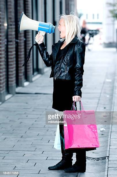 Accro du shopping ultra dans un porte-voix