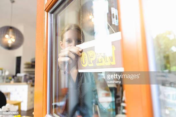 shopkeeper opening shop for business - open blouse - fotografias e filmes do acervo