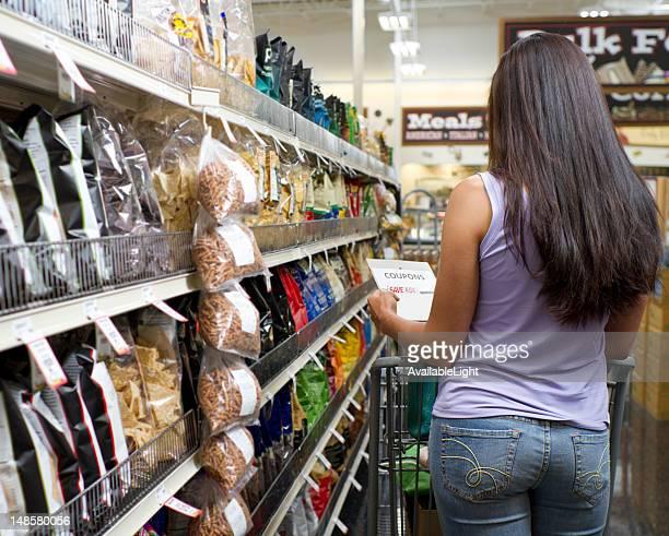 Shopper im Geschäft sieht in Gutschein