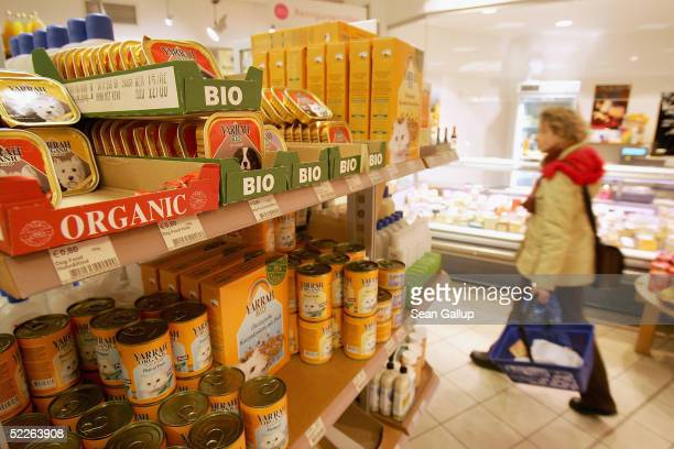 A shopper walks by organic cat food at a store of German organic supermarket chain EO Komma March 2 2005 in Berlin Germany According to the...