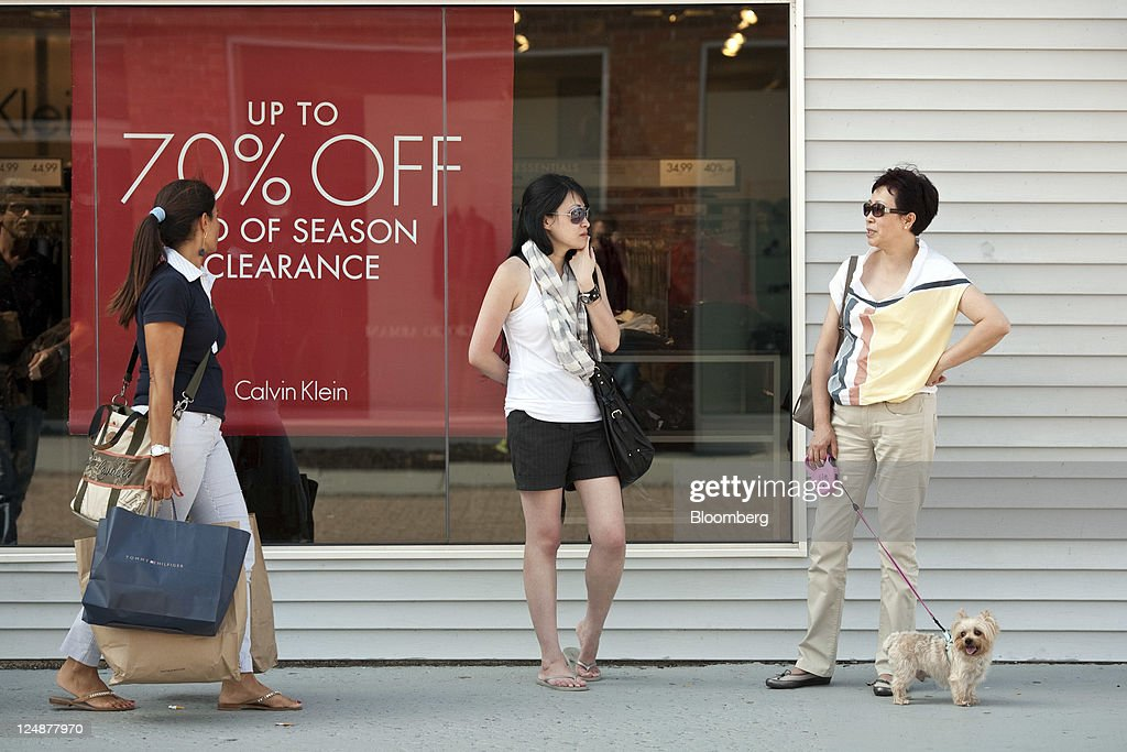 Fotos e imagens de shoppers at woodbury commons outlet getty images