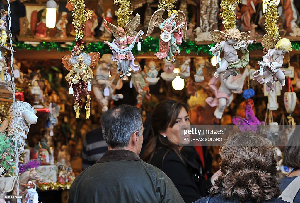 Shoppers admire plaster sculptures at th : News Photo