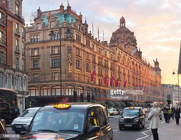 shoppers and taxi cabs, knightsbridge, london - newpremiumuk stock pictures, royalty-free photos & images