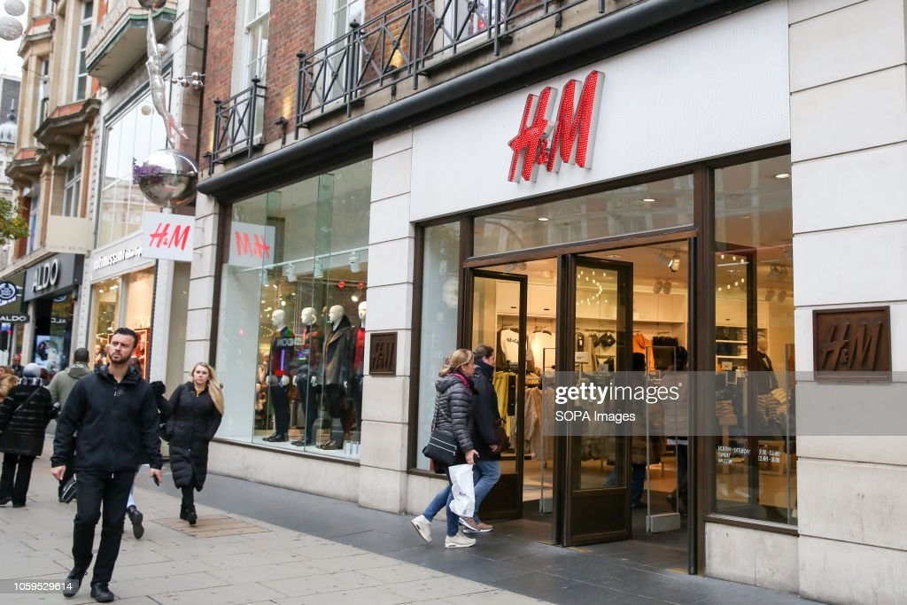 Shoppers are seen outside H&M store on London's Oxford... : Nieuwsfoto's