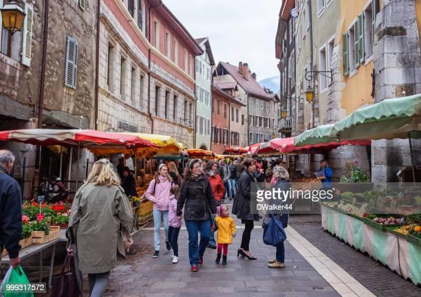 アヌシーの農夫の市場で買い物 - フランス アヌシー ストックフォトと画像