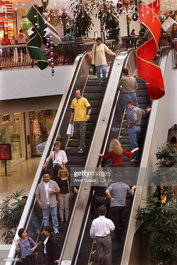 Shoppers at the Oaks Mall in Thousand Oaks appear to be buying with only a few days left before Chri : ニュース写真