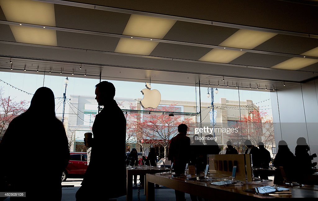 Shoppers browse inside an Apple Inc. store at the Easton Towne Center in Columbus, Ohio, U.S., on Friday, Nov. 29, 2013. About 97 million people planned to shop online or in stores on Black Friday, with about 140 million intending to do so yesterday through Sunday, the National Retail Federation said. Photographer: Ty Wright/Bloomberg via Getty Images