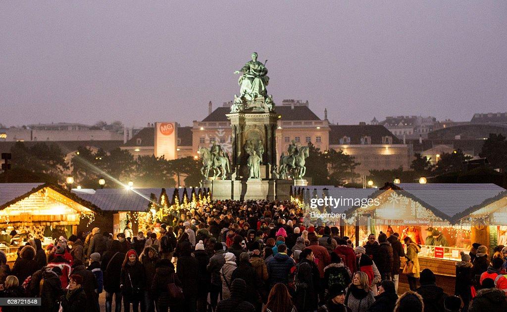 Retail At Vienna Christmas Market : Fotografía de noticias