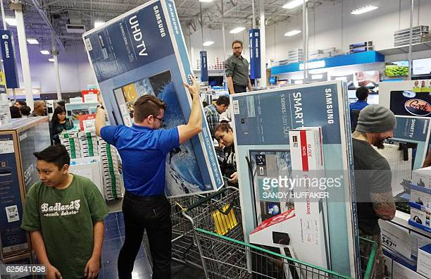 Shoppers buy electronic items during Black Friday sales at a Best Buy in San Diego California on November 24 2016 / AFP / Sandy Huffaker