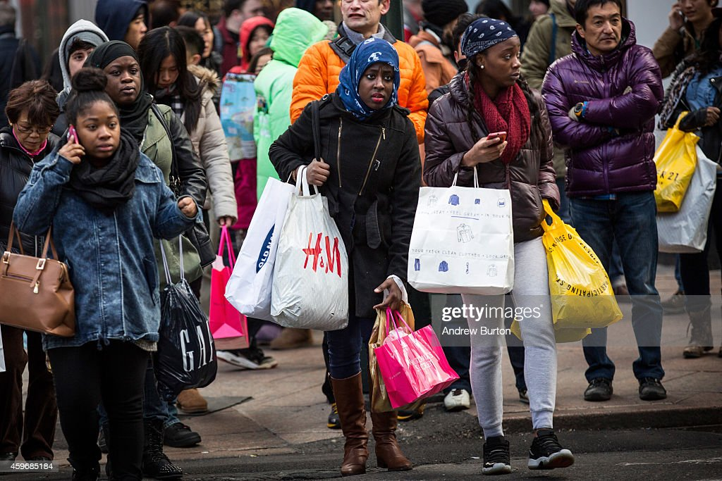 Black Friday Shoppers Look For Holiday Bargains : News Photo