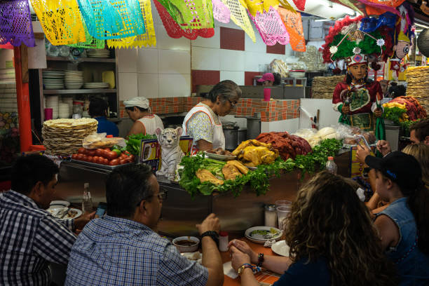 MEX: Shoppers At 20 De Noviembre Market Ahead Of Retail Figures