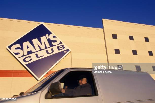 shoppers in a van outside sam's club - sam's club stock pictures, royalty-free photos & images