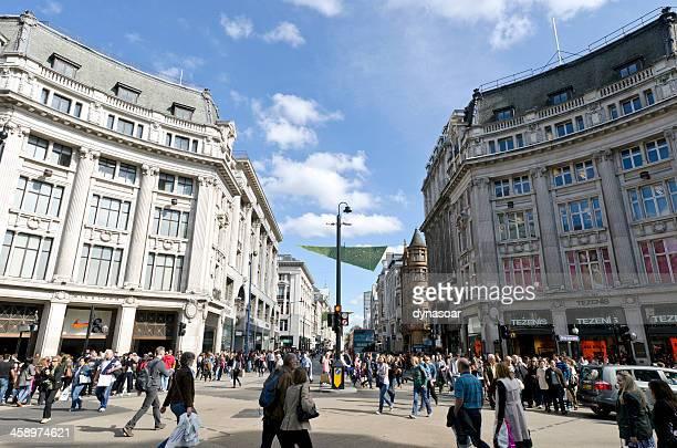 オックスフォードストリートでのショッピング、ロンドン - ロンドン オックスフォード・ストリート ストックフォトと画像