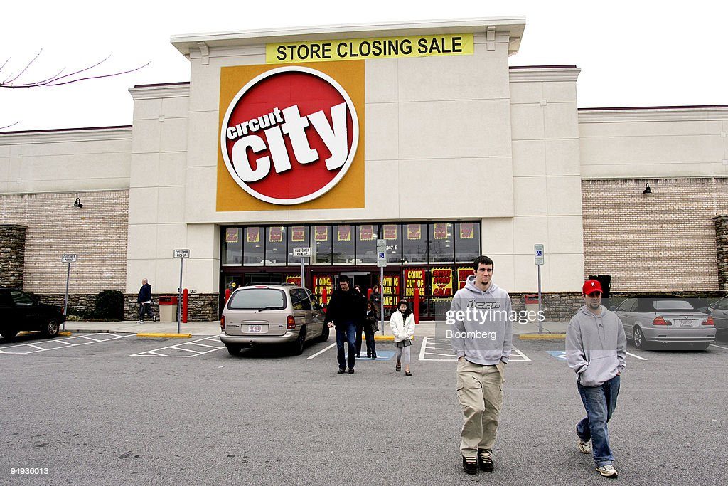 Shoppers leave a Circuit City outlet running a store closing : News Photo