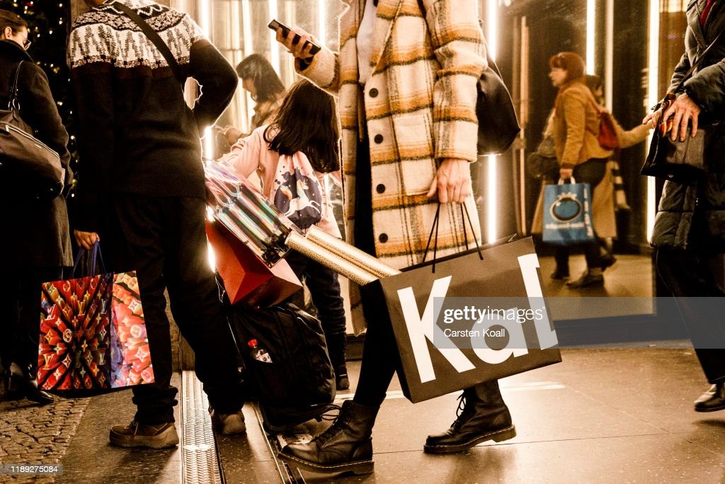 Christmas Shopping Underway In Berlin : News Photo