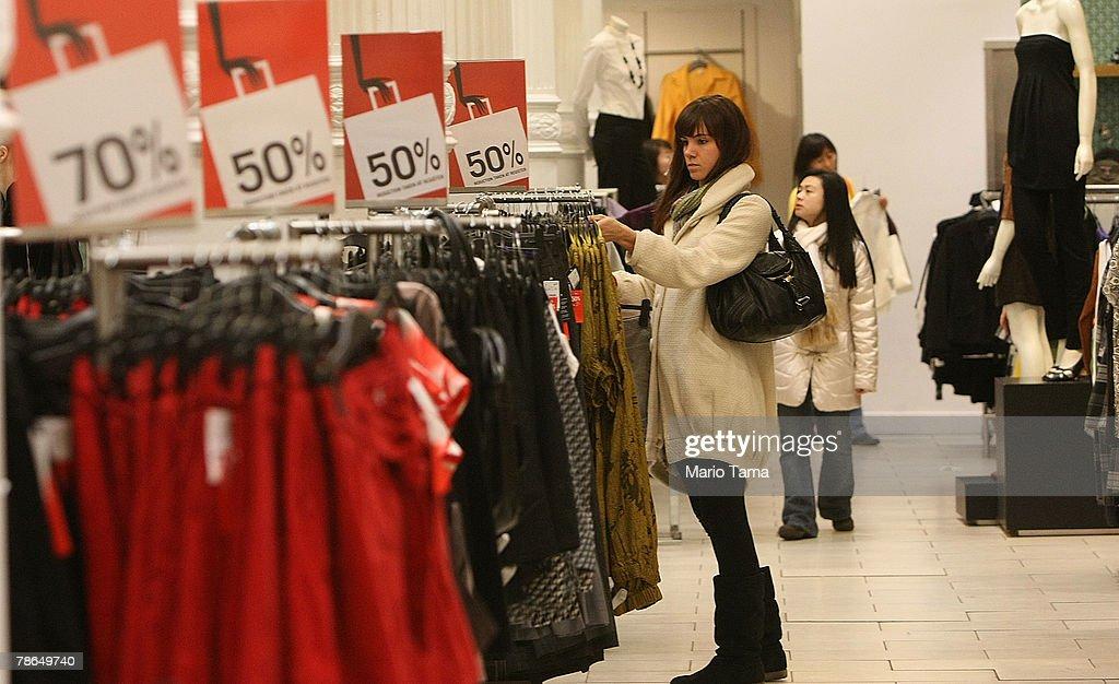 Shoppers Take Advantage Of Post Christmas Bargains : ニュース写真