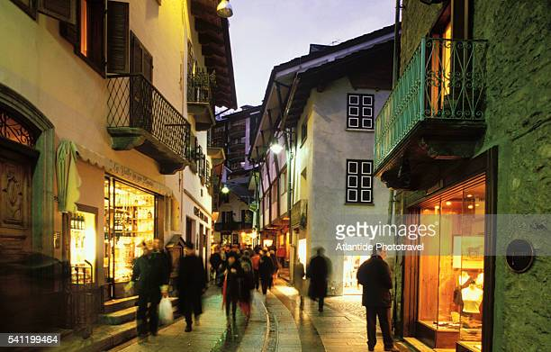 shoppers on via roma, the main street in courmayeur - クールマイヨール ストックフォトと画像