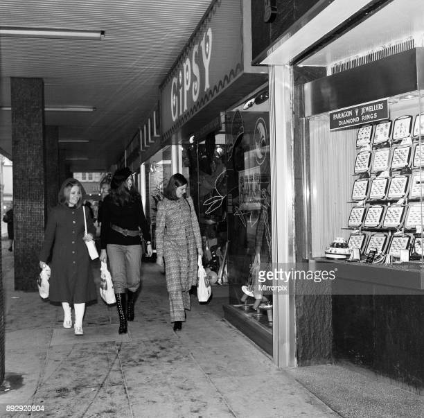 Shoppers outside Gipsy Boutique 1971