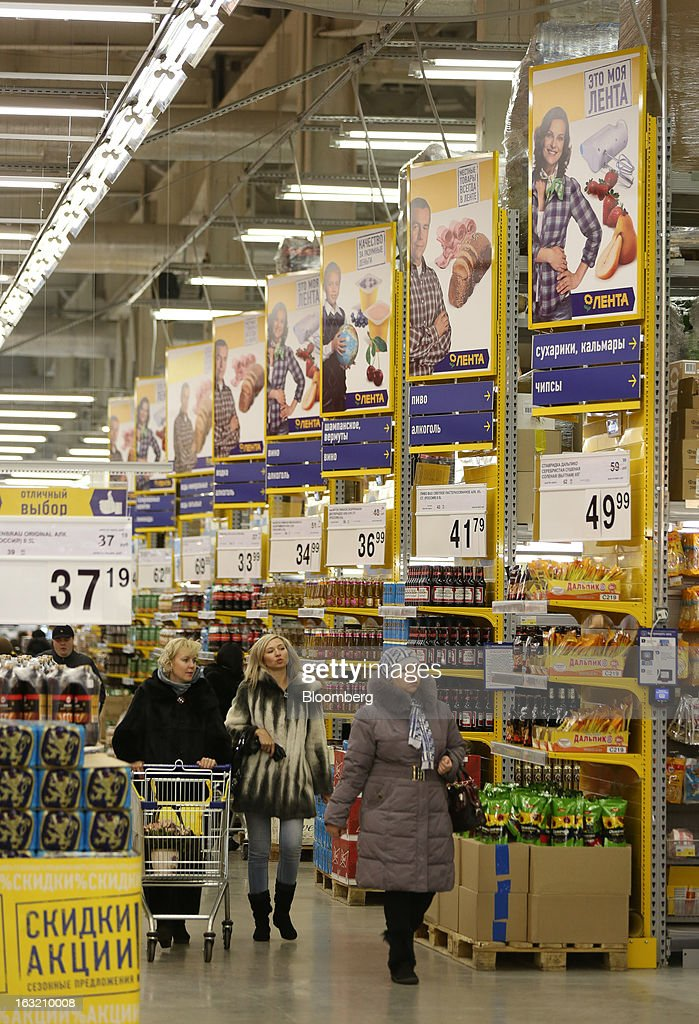 Shoppers pass through the food aisles inside a Lenta LLC supermarket in Prokopyevsk, Kemerevo region, Russia, on Wednesday, March 6, 2013. Lenta LLC, a Russian hypermarket operator controlled by TPG Capital, is selling its first bond to expand after using company funds for a leveraged buyout by the U.S. firm. Photographer: Andrey Rudakov/Bloomberg via Getty Images
