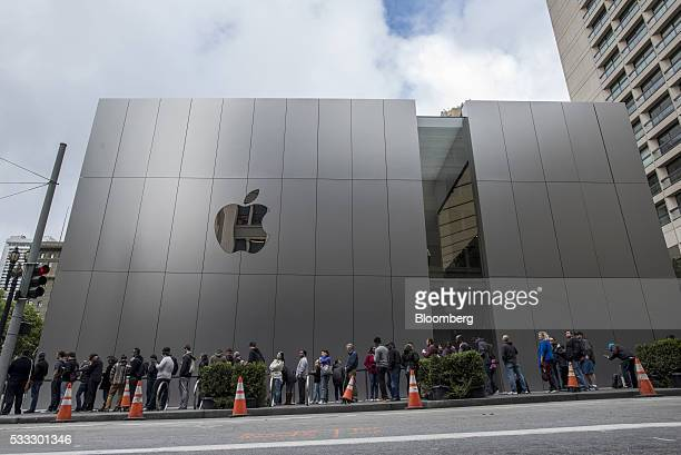 Shoppers wait in line for the grand opening of the new Apple Inc flagship store at Union Square in San Francisco California US on Saturday May 21...
