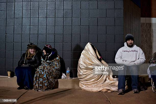 Shoppers wait in line outside a Best Buy Co store prior to the store's midnight opening in Peoria Illinois US on Thursday Nov 22 2012 Discount store...