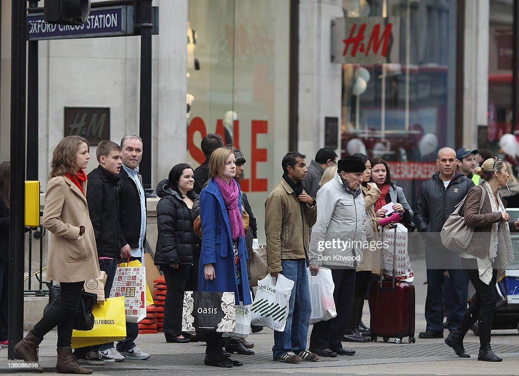 Consumers In The Christmas Retail Rush : News Photo